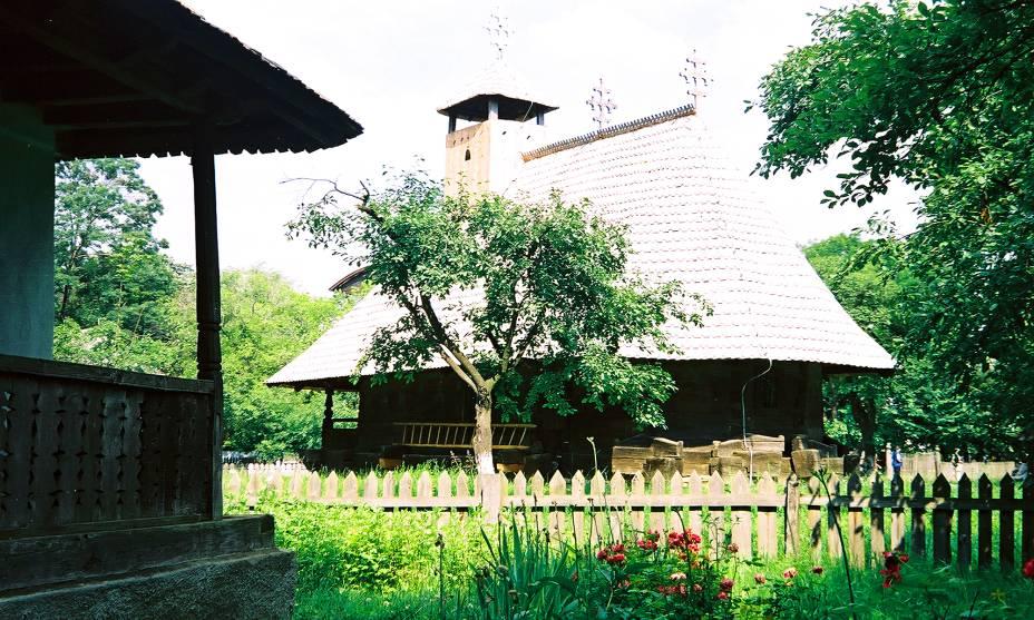 Um dos passeios mais engraçados em Bucareste é um passeio pelo Village Museum, um museu ao ar livre fundado em 1936 com 50 edifícios históricos e típicos da Romênia rural.  Eles foram removidos de seu local original e reconstruídos na área ao redor do Lago Herastrau.  Ao longo do ano, o museu oferece apresentações de grupos étnicos que mostram um pouco da cultura interna do país.