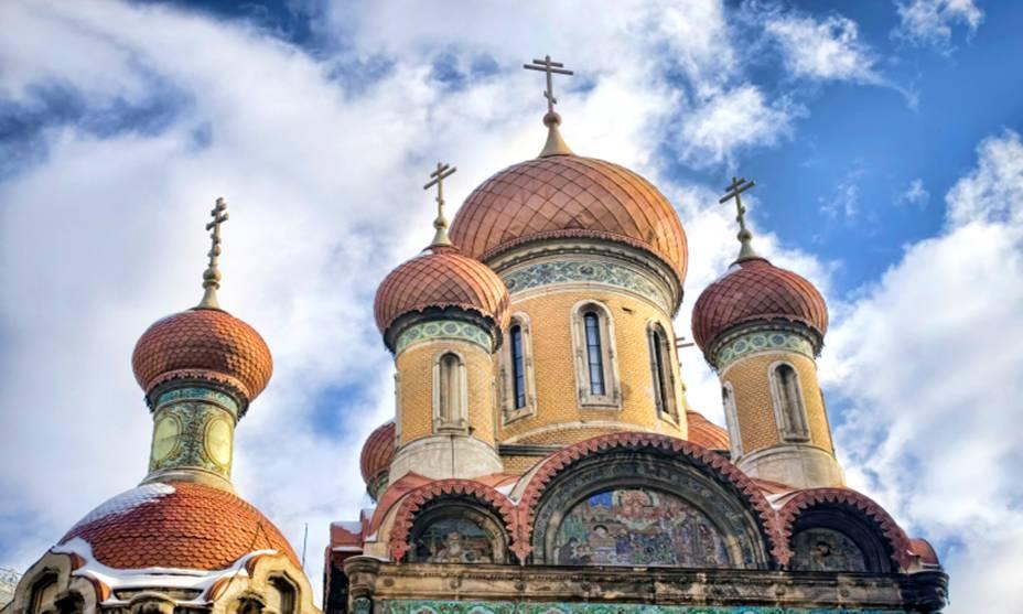 A maioria das igrejas ortodoxas em Bucareste, na Romênia, foram construídas nos séculos 17 e 18 e têm torres altas e abóbadas coloridas