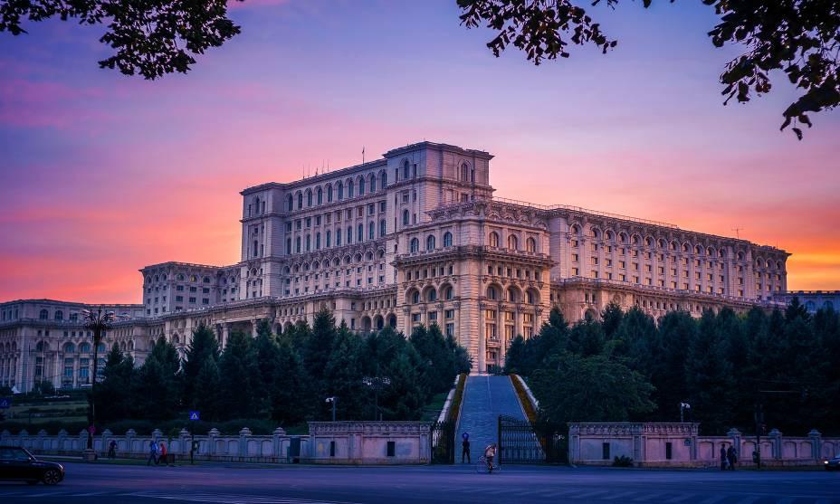 O Palácio do Parlamento, construído em 1984 durante a ditadura de Nicolae Ceauşescu, tem mais de 3.000 quartos e uma área de 330.000 metros quadrados