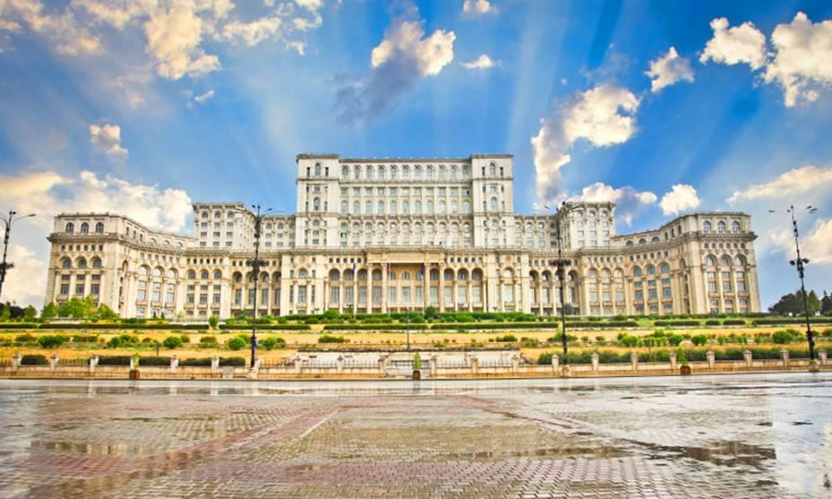 O Palácio do Parlamento em Bucareste, na Romênia, é o segundo edifício mais alto do mundo, o segundo mais alto depois do Pentágono nos Estados Unidos.  É possível visitar o edifício mediante reserva (para marcação de visitas ligue +40 21 311 3611).  Você também precisará trazer seu passaporte para entrar - afinal, o lugar ainda abriga o Parlamento Romeno e tem segurança reforçada.