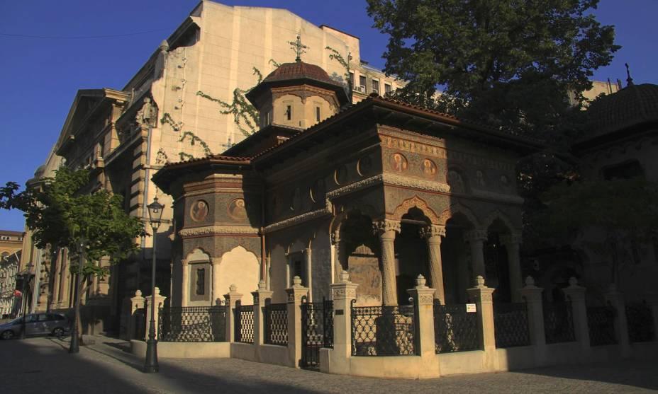 Grande parte da história marca os pontos turísticos de Bucareste, Romênia;  na foto, a pequena igreja de Stavropoleos.  Foi construído em 1724 e é representativo da mistura da arquitetura bizantina e romena.  Está rodeado por um lindo jardim