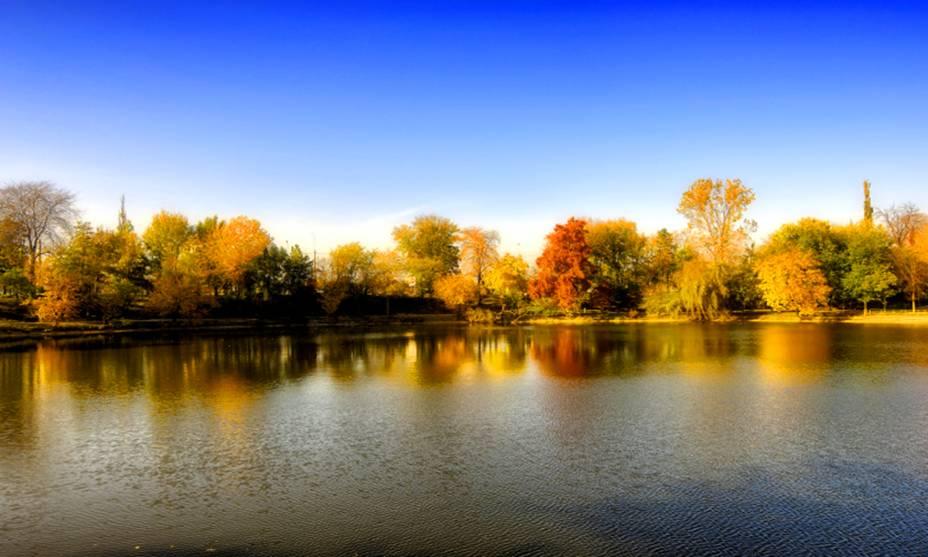 O outono em Bucareste, na Romênia, pode ser intimidante no início devido às baixas temperaturas.  No entanto, as paisagens de suas paisagens recebem cores adicionais com programas convidativos para casais.