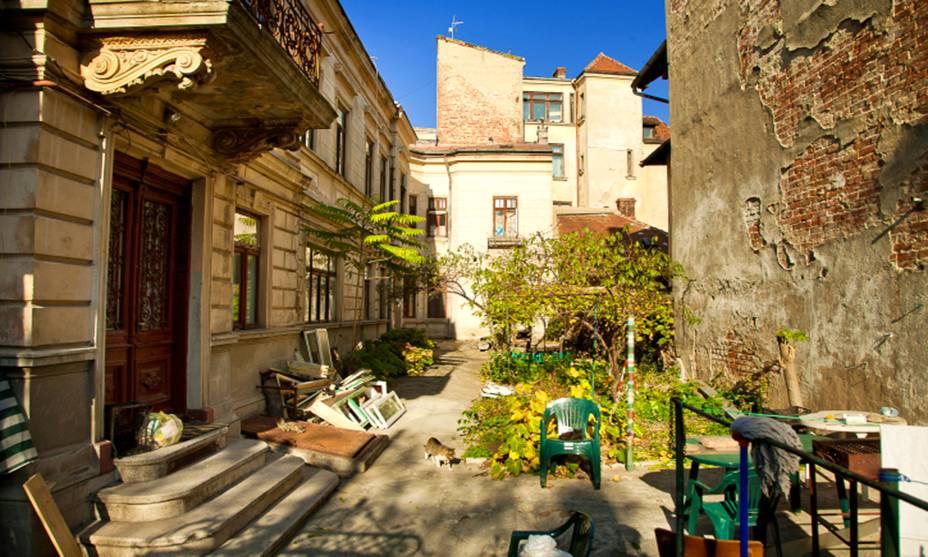 Em Bucareste, perca-se nas antigas vielas cheias de história.  Na cidade, que permanece cosmopolita mesmo após violentas ditaduras e influências de diferentes culturas, é possível sentir a essência do estilo de vida romeno em cada esquina.