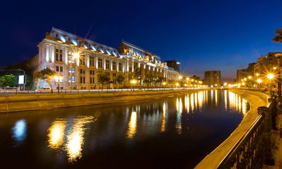 O Palácio Cantacuzino foi construído em 1899 por um dos residentes mais ricos da cidade, Grigore Cantacuzino (que também era o primeiro-ministro do país na época).  Se eu desejo era morar na casa mais elegante de Bucareste, e para isso mandou construir uma casa em estilo francês que mesclasse elementos da Art Nouveau com o neoclássico.  Hoje, o palácio abriga o Museu George Enescu, que exibe artefatos do violinista e compositor romeno que viveu entre 1881 e 1955.
