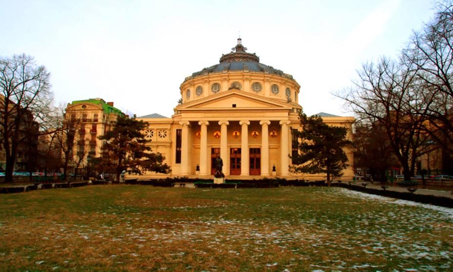 A beleza histórica da Igreja Cretulescu em Bucareste, Romênia.  Durante os conflitos do antigo regime do ditador Nicolae Ceausescue, o prédio foi impecavelmente restaurado e hoje é considerado o mais importante da cidade.