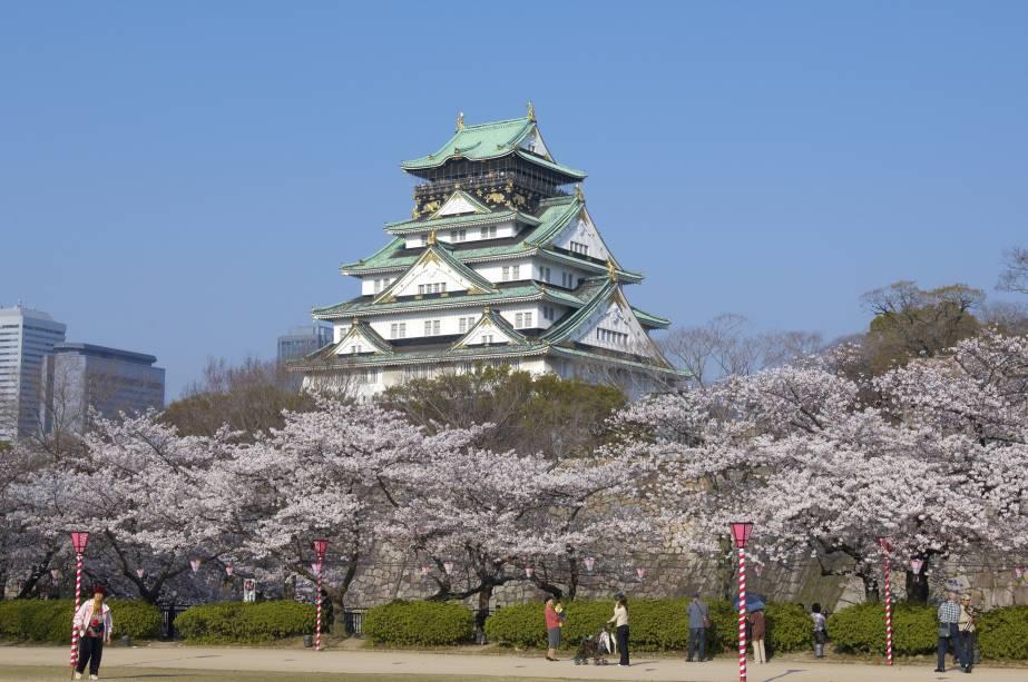 Castelo de Osaka e cerejeiras que florescem do final de março ao início de abril