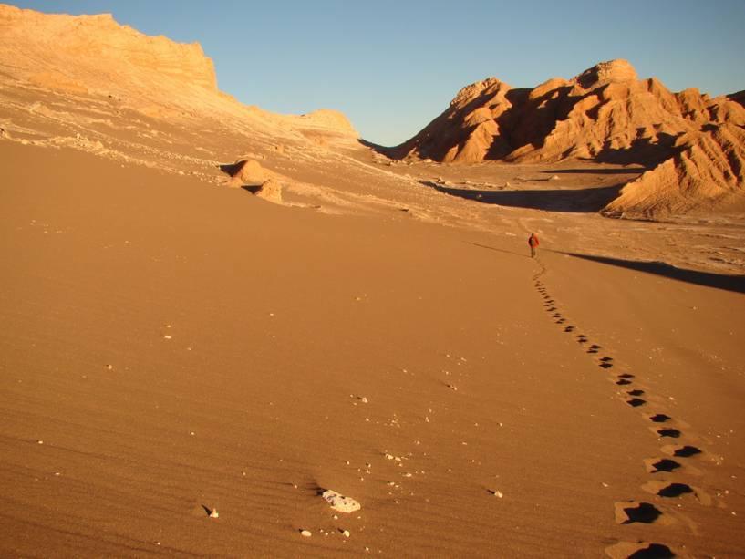 A caminhada pelo Valle de la Luna leva ao silêncio quase absoluto entre as dunas, cortadas apenas pelo vento e pelos degraus na areia
