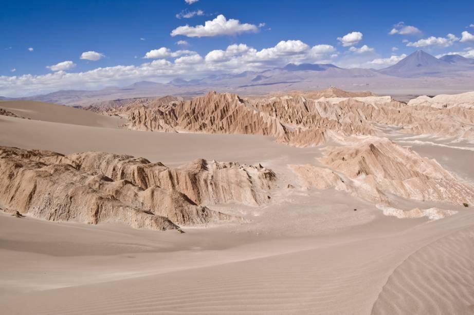 Dunas altas cruzam o Vale de la Muerte, onde o sandboard é possível