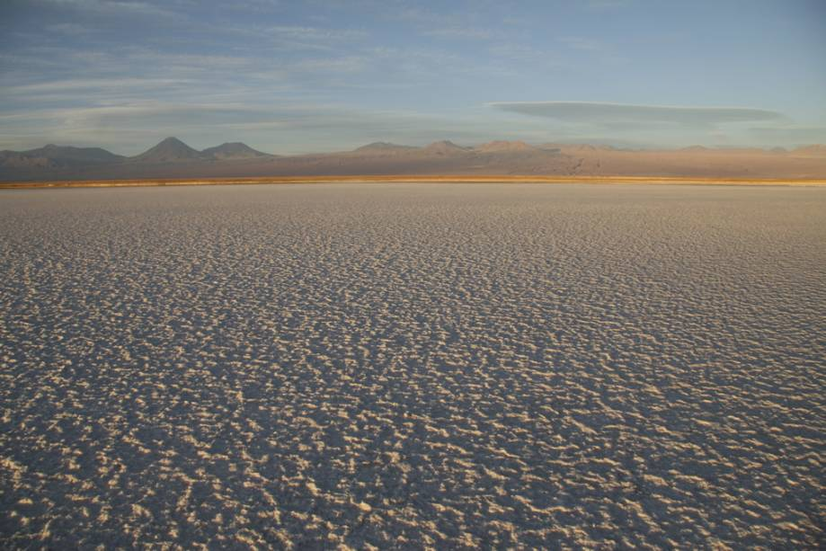 O Salar de Atacama é um enorme deserto de sal a 2300 metros acima do nível do mar.  Os pedaços de sal chegam a 70 centímetros de altura