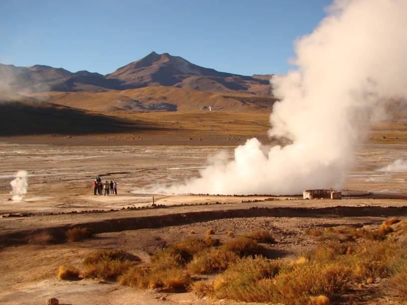 Antes do amanhecer, os gêiseres de El Tatio, dezenas de jatos de vapor, emitem água que ferve a mais de 80 ° C.