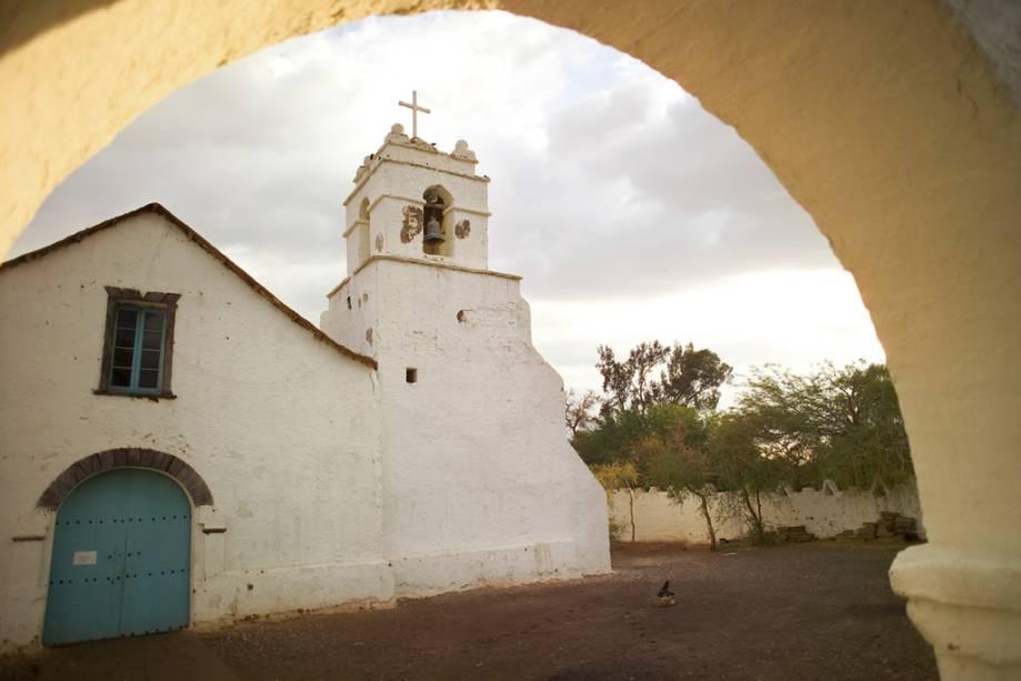 Na Igreja de São Pedro, construída em 1641, a cobertura de barro e colmo é fixada ao teto em travessas de madeira e cactos