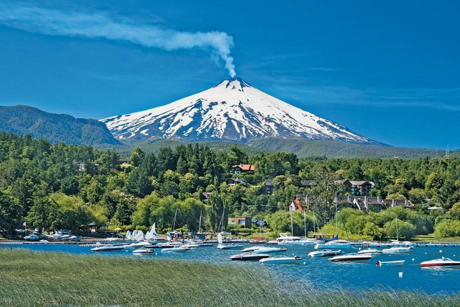 O vulcão Villarrica e suas fumarolas com a lagoa homônima ao pé, uma marca distintiva de Pucón