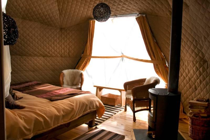 As tendas Eco Camp estão preparadas para resistir aos fortes ventos, chuva e rajadas de neve da região.  O interior arrumado inclui pisos de madeira, um fogão a lenha e camas confortáveis