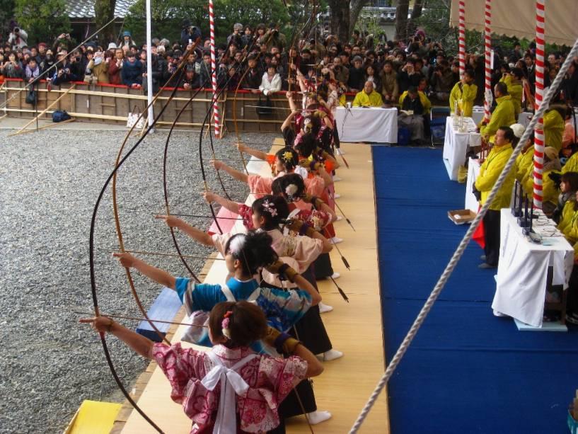 Torneio anual de arco e flecha japonês no templo Sanjusangendo em Kyoto