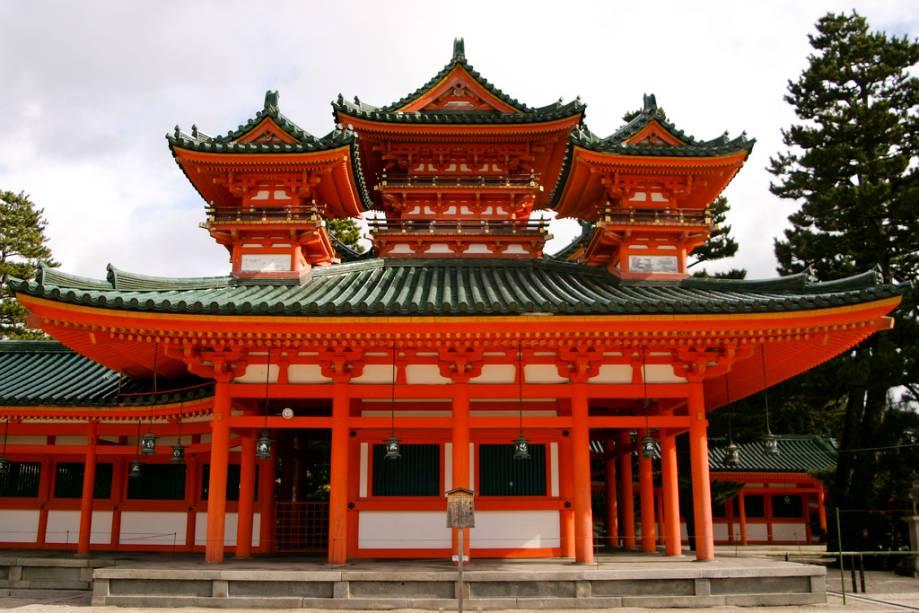 Embora o Santuário de Heian seja relativamente novo, é uma reminiscência da antiga Kyoto, quando a maioria das linhas arquitetônicas ainda eram fortemente influenciadas pela escola chinesa.
