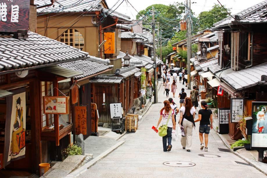 Durante o dia, Sannenzaka é uma rua movimentada com restaurantes e lojas que vendem produtos típicos