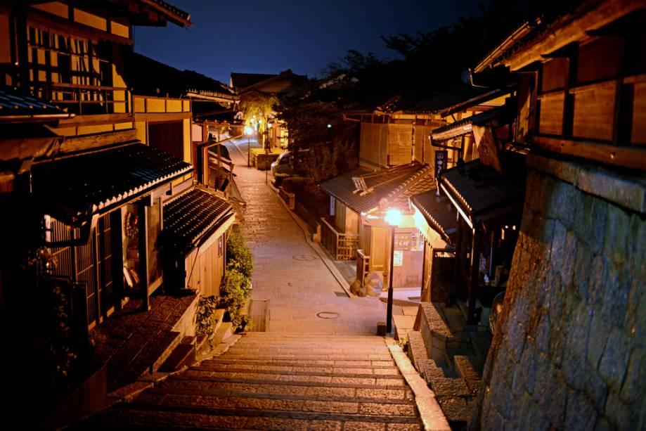 Ninenzaka Slope é um dos melhores passeios em Kyoto para fazer compras, comer ou apenas observar as pessoas
