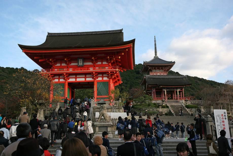 Entrada principal para o templo Kiyomizudera com o portão de entrada e o pagode budista à direita