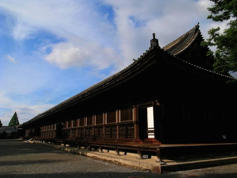 O longo templo Rengeo-in consiste em 33 seções, daí o apelido de Sanjusangendo, o pavilhão com 33 vãos