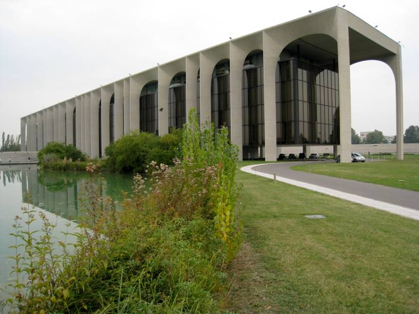 A sede da Editora Mondadori em Segrate, subúrbio de Milão, é uma obra histórica de Oscar Niemeyer