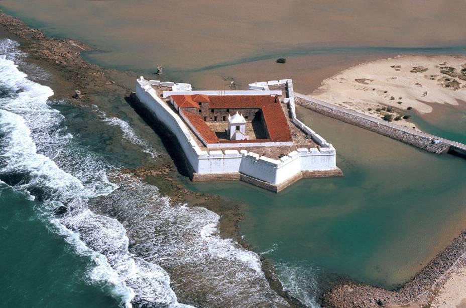 O forte em forma de estrela dos Reis Magos foi construído sobre falésias com cascalho constituído por ostras, areia, pedras e óleo de baleia.