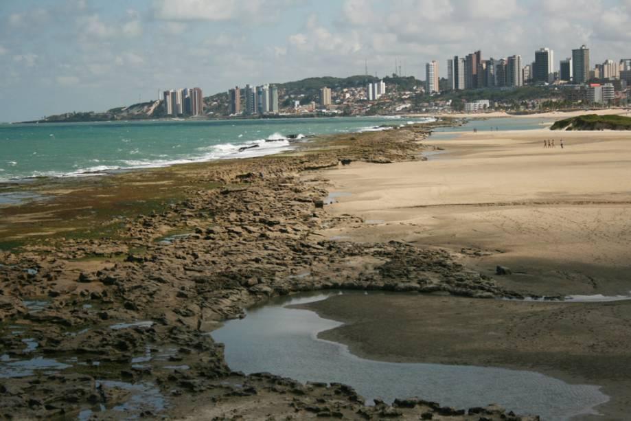 A Praia do Forte é popular entre os moradores dos bairros vizinhos e possui piscinas naturais e abriga o Forte dos Reis Magos