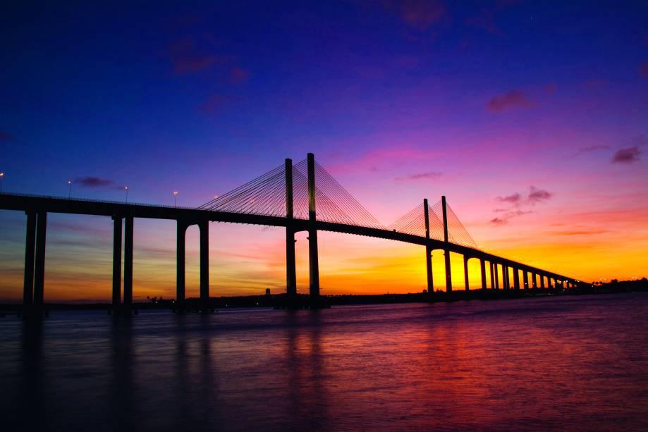 Em Natal (RN) é possível fazer um passeio de barco no rio Potengi para admirar o pôr do sol.  O passeio sai do Yacht Club de Natal às 16h e de lá você pode ver o céu ficar laranja e vermelho.  O sol se esconde no rio ao ritmo de canções cantadas por artistas locais
