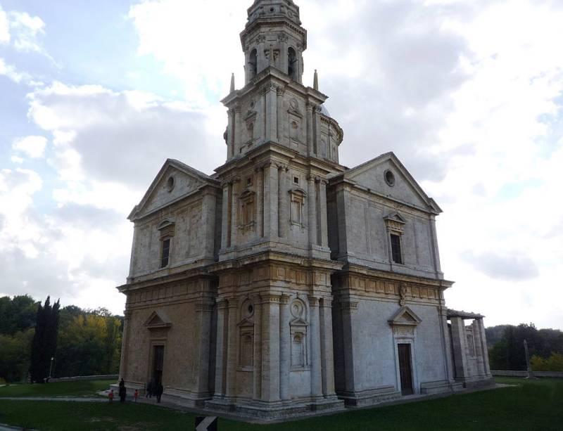 A Igreja de San Biagio é um exemplo da arquitetura clássica renascentista, cuja planta é a centralizada - também chamada de