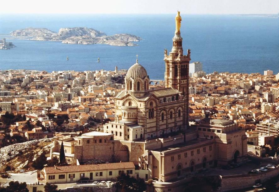 """A 149 metros acima do nível do mar está a basílica de Notre Dame de la Garde, que simboliza a cidade""""http://viajeaqui.abril.com.br/cidades/franca-marselha/"""" rel =""""Marselha""""> Marselha também tem as vistas mais famosas da cidade, principalmente ao entardecer"""" classe =""""carga preguiçosa"""" data-pin-nopin =""""verdadeiro""""/></div> <p class="""