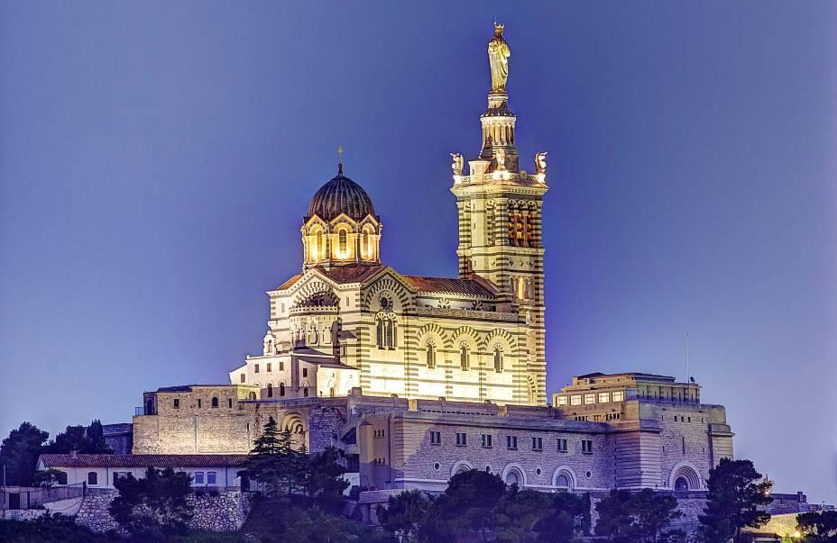 """Na catedral de""""http://viajeaqui.abril.com.br/cidades/franca-marselha/"""" rel =""""Marselha""""> Marselha, Notre-Dame de la Garde, com arquitetura neobizantina, foi construída em 1864 no lugar de uma antiga igreja de mesmo nome, fundada em 1214″ classe =""""carga preguiçosa"""" data-pin-nopin =""""verdadeiro""""/></div> <p class="""