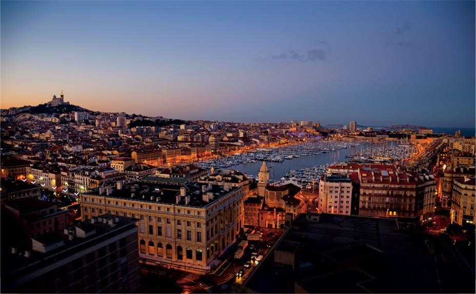 """Cidade portuária de 600 a.C.""""http://viajeaqui.abril.com.br/cidades/franca-marselha/"""" rel =""""Marselha""""> Marselha já recebeu ondas sucessivas de imigração.  Hoje, esta metrópole mediterrânea tem quase 900.000 habitantes, 100.000 dos quais vêm da Argélia, Itália, Marrocos, Tunísia, Turquia e outros lugares."""" classe =""""carga preguiçosa"""" data-pin-nopin =""""verdadeiro""""/></div> <p class="""