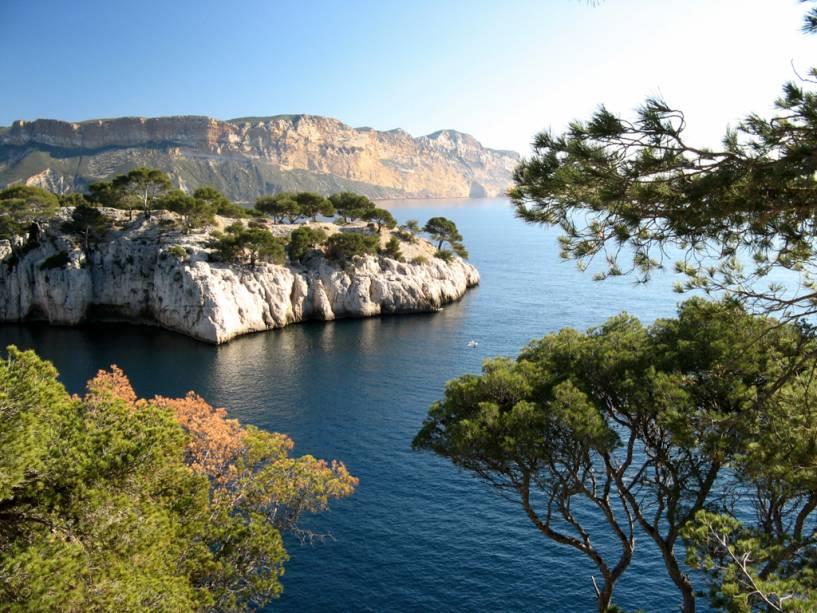 """32 quilômetros de""""http://viajeaqui.abril.com.br/cidades/franca-marselha"""" rel =""""Marselha""""> Marselha, os Calanques de Cassis são formações rochosas impressionantes que mergulham no mar azul-turquesa"""" classe =""""carga preguiçosa"""" data-pin-nopin =""""verdadeiro""""/></div> <p class="""
