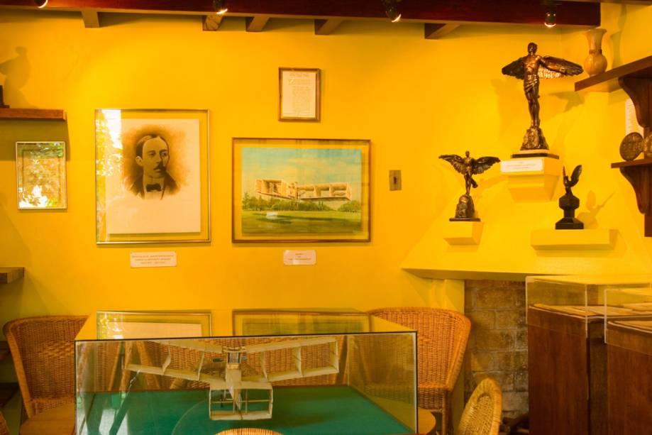 A Casa de Santos Dumont, projetada pelo inventor, expõe sua pequena biblioteca, seus objetos pessoais e algumas criações.  Note que a casa não tem cozinha - as refeições vinham do Palace Hotel que funcionava na frente
