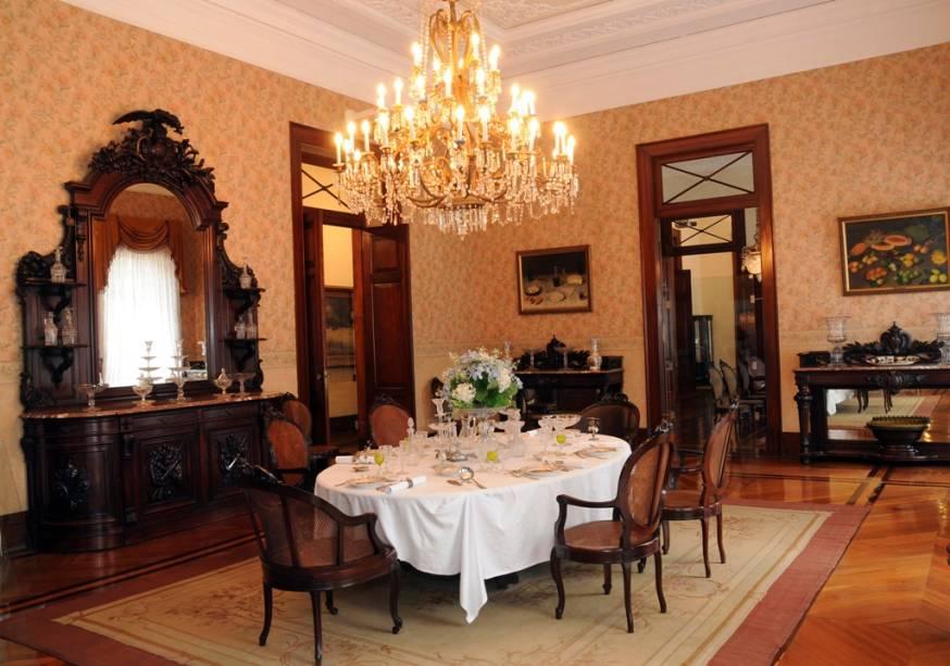 Sala de Jantar do Museu Imperial de Petrópolis;  Chinelos devem ser usados ao visitar os elegantes salões do museu