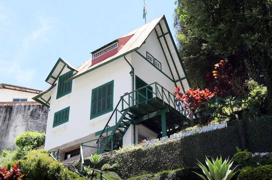 A casa de Santos Dumont na cidade de Petrópolis (RJ) fica no alto de uma ladeira, repleta de comodidades inusitadas e projetada pelo próprio inventor.  hoje é um museu dedicado a ele