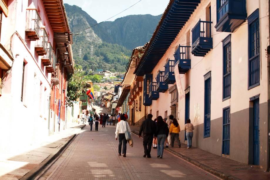 As encostas entre os prédios coloniais são a marca registrada do bairro La Candelaria, por onde circulam estudantes, boêmios e turistas.