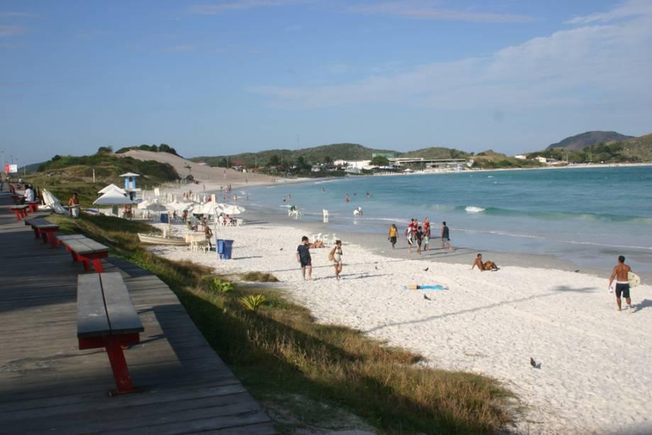 Na orla da Praia do Forte, no calçadão, encontram-se barracas, hotéis e restaurantes