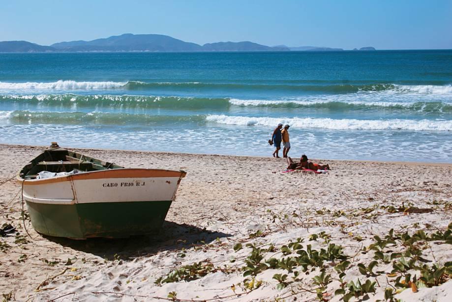 A Praia do Peró é ampla e possui a parte central e o canto direito ocupados por prédios, pousadas e barracas.