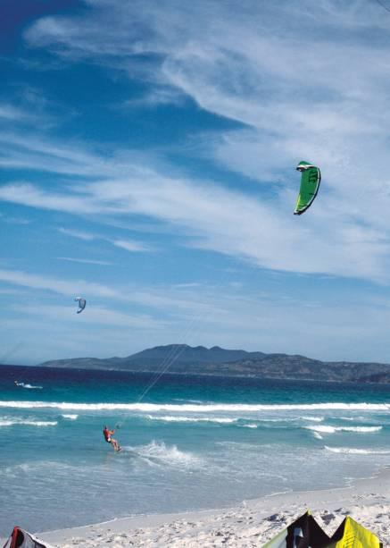 A Praia do Foguete possui ventos fortes para a prática do kitesurf e ondas perfeitas para os surfistas