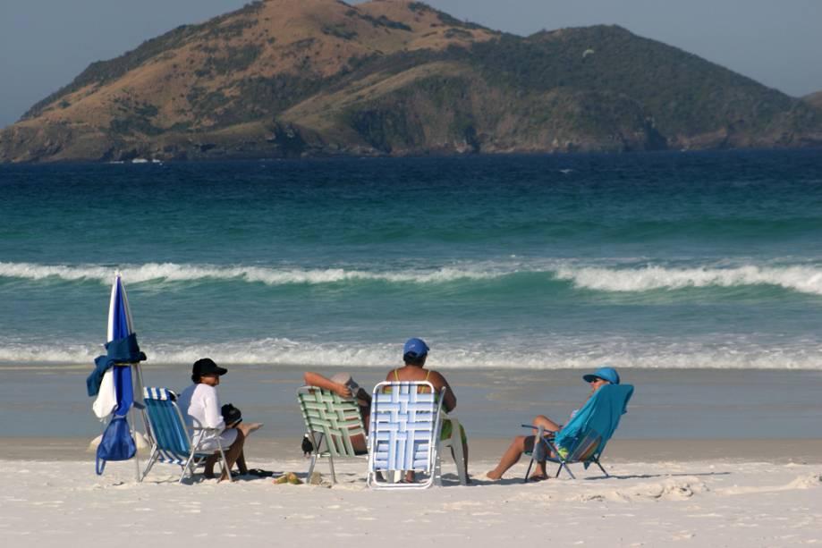 Praia central de Cabo Frio, Praia do Forte, é lotada, incluindo surfistas