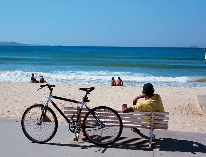 A estreita e fofa faixa de areia da Praia do Peró é frequentada por famílias