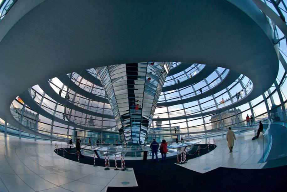 A cúpula de vidro do Reichstag, atualmente a sede do Bundestag alemão