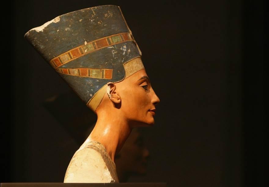O busto de Nefertiti está localizado no Museu Egípcio de Berlim, no prédio do Museu Neues