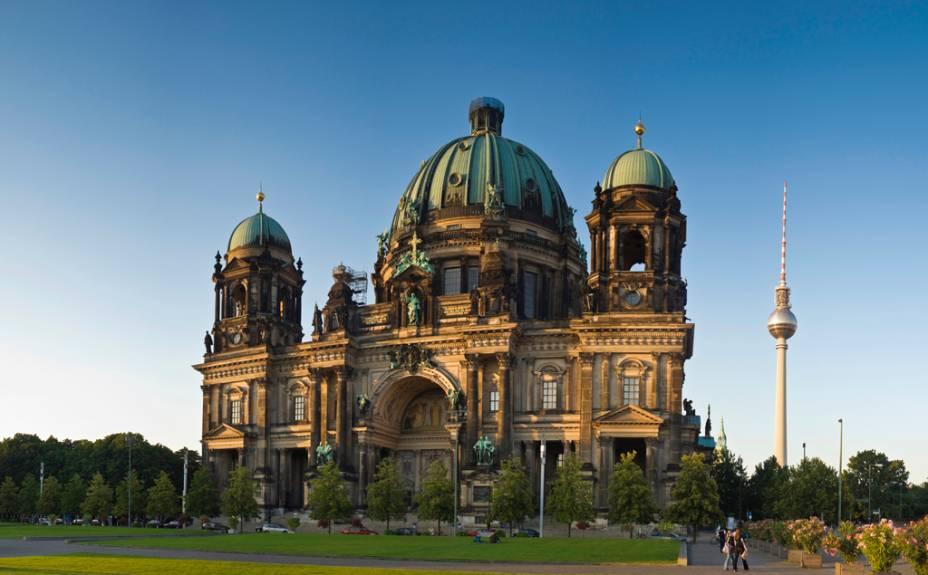 A construção da Catedral de Berlim começou em 1895, mas só foi concluída 11 anos depois.  À direita da catedral está a futurística Torre de TV Fernsehturm, um dos carros-chefe da falecida República Democrática Alemã