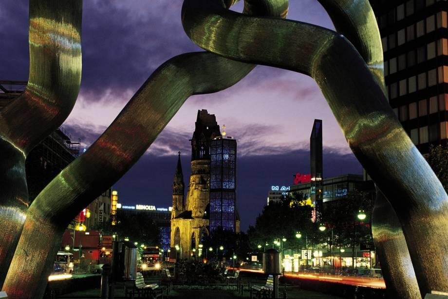 Kurfürstendamm, a principal avenida comercial e da moda de Berlim, é a escultura que simboliza a Alemanha unificada