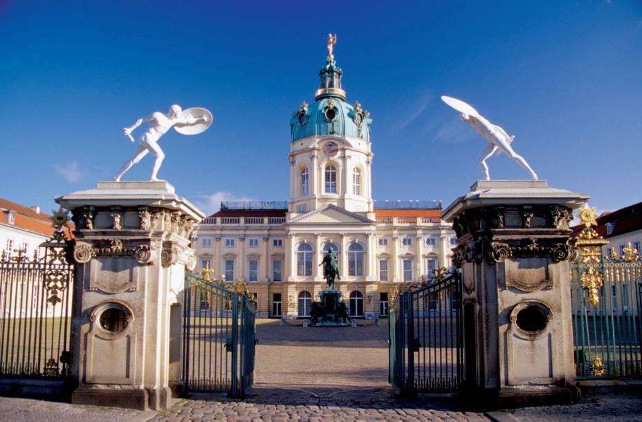 Charlottenburg foi construída no século 17 como residência de inverno da rainha prussiana Sophie Charlotte e hoje abriga pinturas, móveis, porcelanas, pinturas e insígnias do rei prussiano Frederico I.