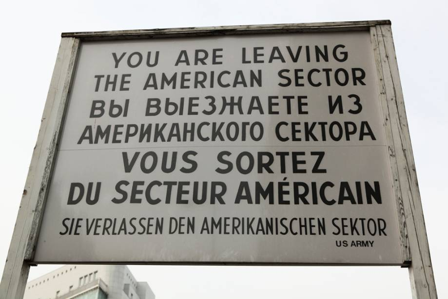 Check Point Charlie, o posto fronteiriço dos Estados Unidos no Muro de Berlim.  Desde 2009 existem percursos nos quais é possível percorrer toda a extensão da parede a pé ou de bicicleta.