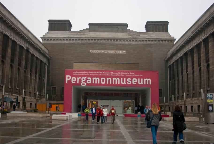 O Museu de Pergamon foi construído entre 1910 e 1930 para abrigar o Altar de Pergamon, um templo grego do século 2 aC. Ele reúne uma coleção de arte dos tempos antigos e peças do Velho Oriente