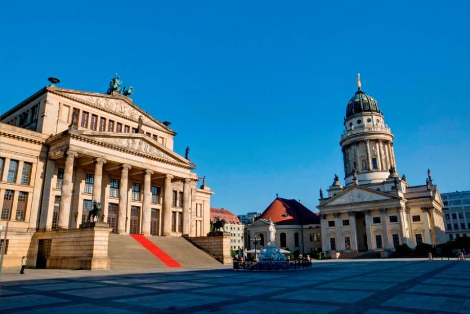 Gendarmenmarkt com as igrejas alemã e francesa e a sala de concertos