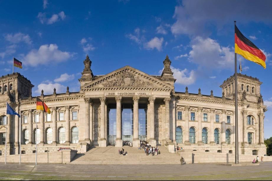 O Edifício do Reichstag, a atual sede do Bundestag alemão, foi construído em 1894 em arquitetura neo-renascentista.  Desde então, o prédio foi o local de vários eventos históricos significativos, como a proclamação da República Alemã em 1918 e o misterioso incêndio de 1933, que ajudou a fortalecer Hitler e os nazistas na Alemanha.